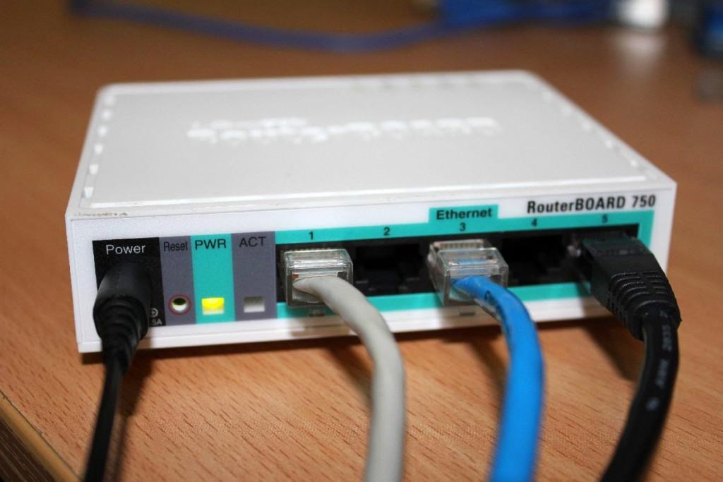 Pada tulisan ini saya akan menunjukan bagaimana caranya sebuah router mikrotik di setting agar dapat berfungsi sebagai DHCP server.